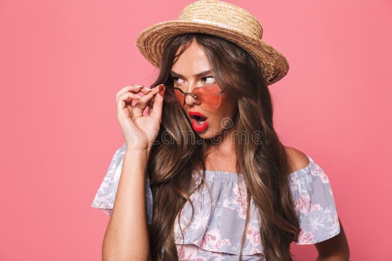 Portret van een geschokt jong meisje in de zomerkleren stock foto's