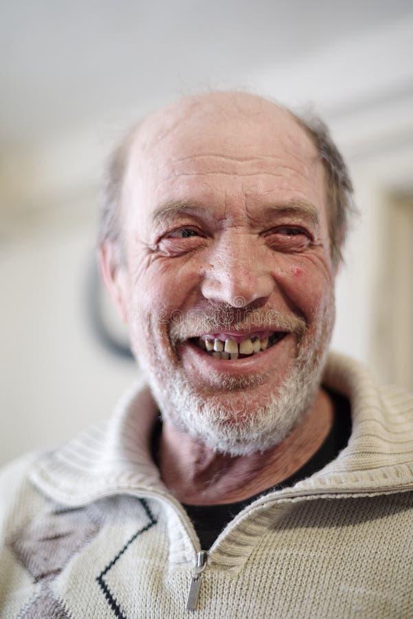 Portret van een glimlachend bejaarde royalty-vrije stock foto's
