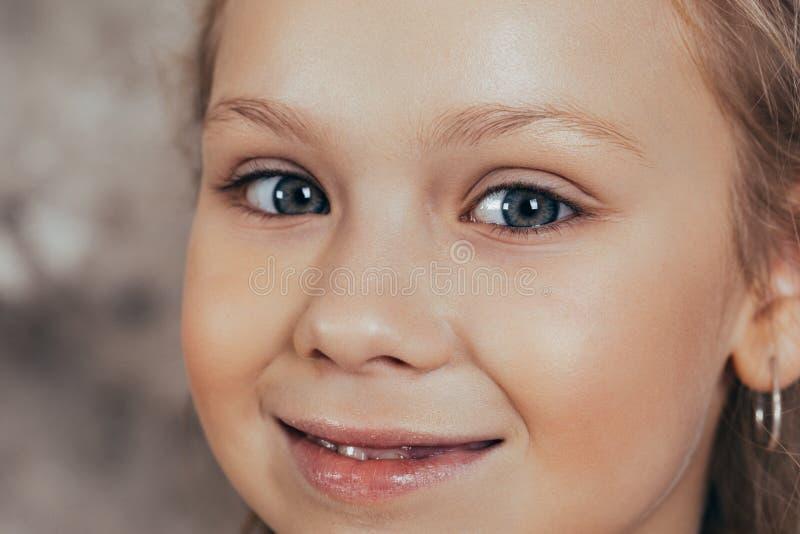 Portret van een glimlachend jong meisje in een rode kleding en met een mooi kapsel Het schot van de studio stock foto's