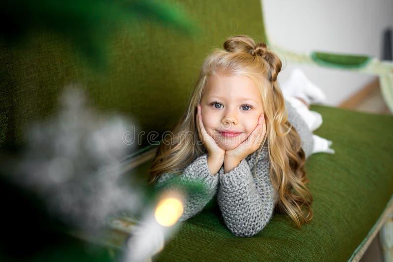 Portret van een glimlachend meisje in de studio royalty-vrije stock foto