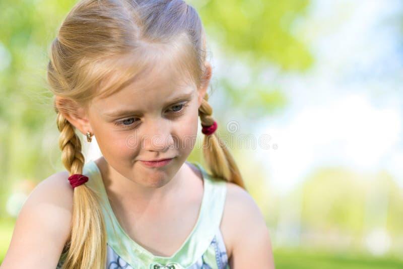 Portret van een glimlachend meisje in een park royalty-vrije stock afbeeldingen
