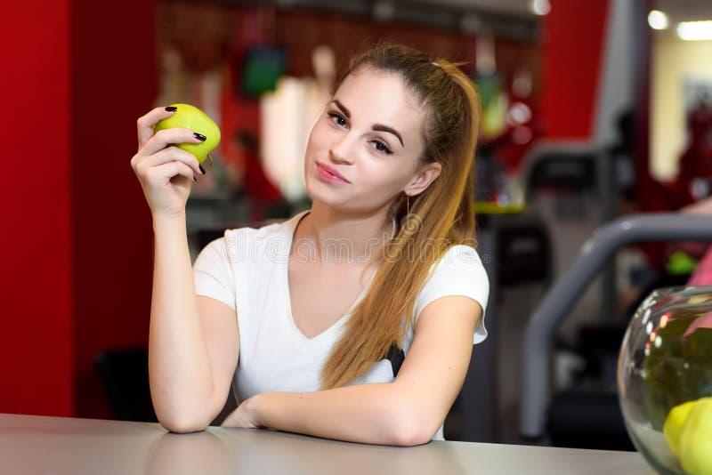 Portret van een glimlachend meisje met een groene appel stock afbeelding