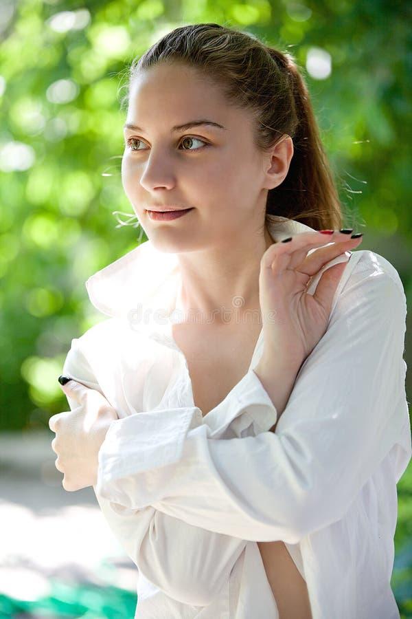 Portret van een glimlachend mooi jong meisje stock foto's