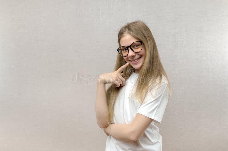 Portret van een glimlachend mooi jong meisje met glazen Slim Kind nerdy royalty-vrije stock foto's