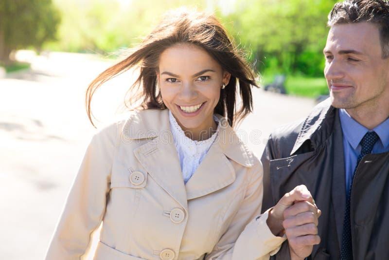 Download Portret Van Een Glimlachend Paar In Openlucht Stock Foto - Afbeelding bestaande uit dame, schoonheid: 54082912