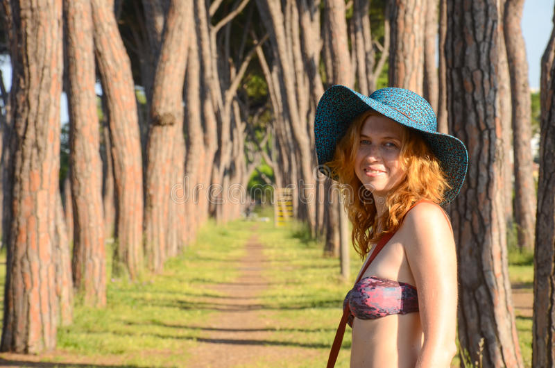 Portret van een glimlachend roodharig meisje in hoed stock foto's