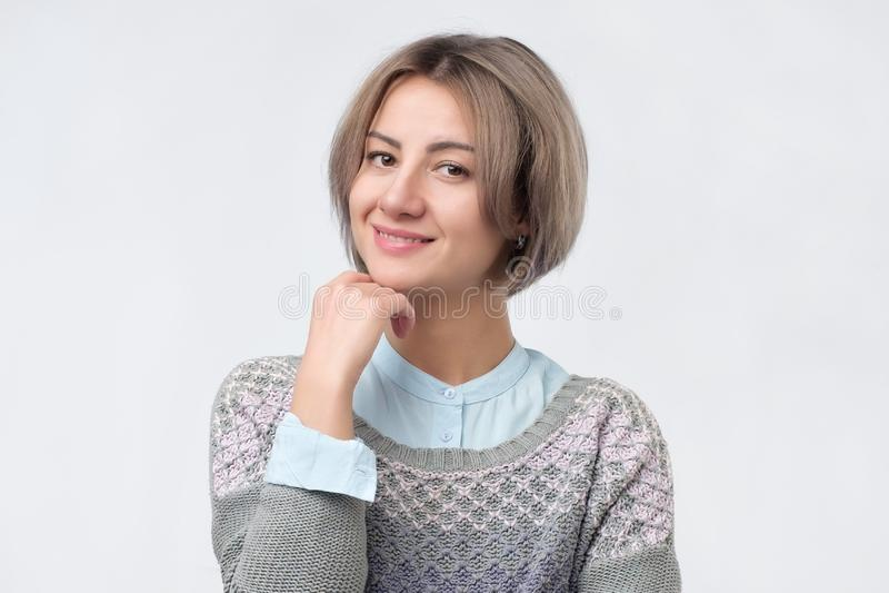 Portret van een glimlachende aantrekkelijke vrouw met kort modieus kapsel stock fotografie