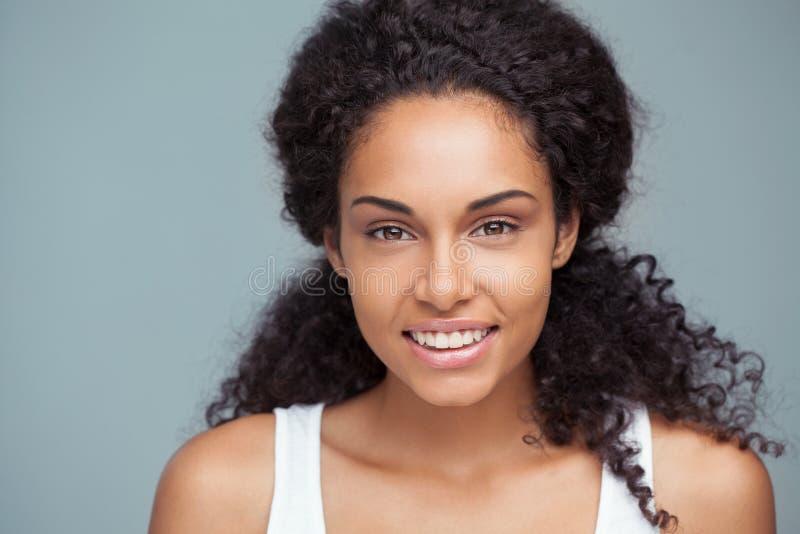 Portret van een Glimlachende Afrikaanse Vrouw stock afbeeldingen