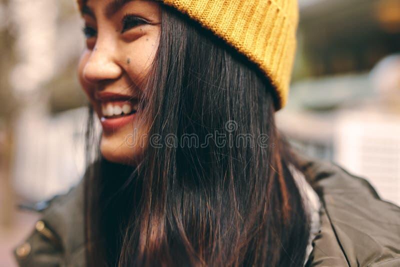 Portret van een glimlachende Aziatische vrouw royalty-vrije stock fotografie