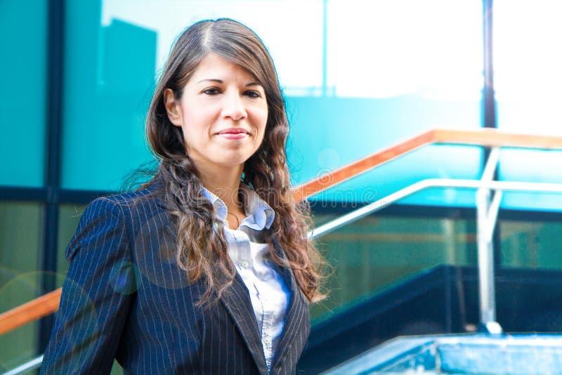 Portret van een glimlachende bedrijfsvrouw royalty-vrije stock afbeelding
