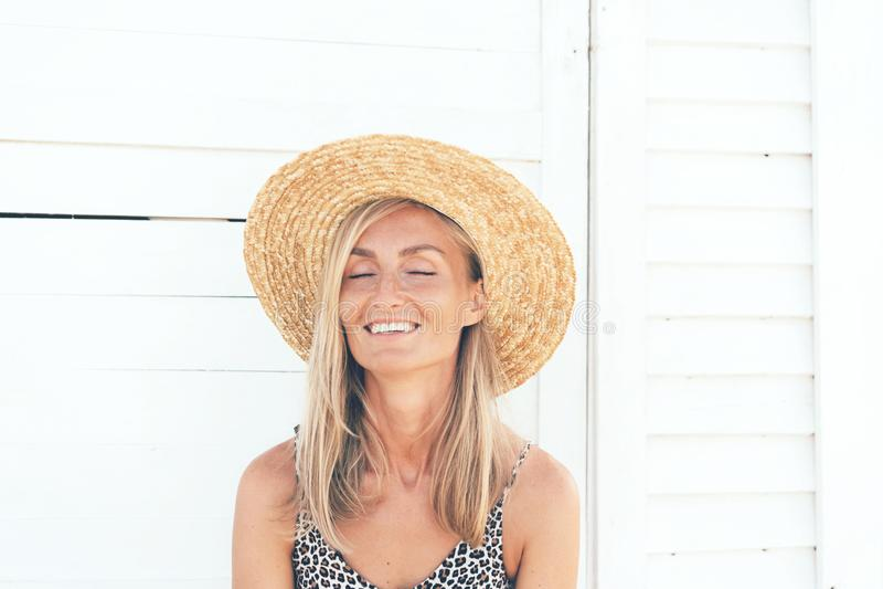 Portret van een glimlachende blondevrouw met gelooide huid en sproeten op haar gezicht royalty-vrije stock afbeelding