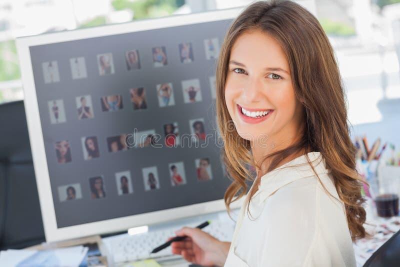 Portret van een glimlachende fotoredacteur royalty-vrije stock fotografie
