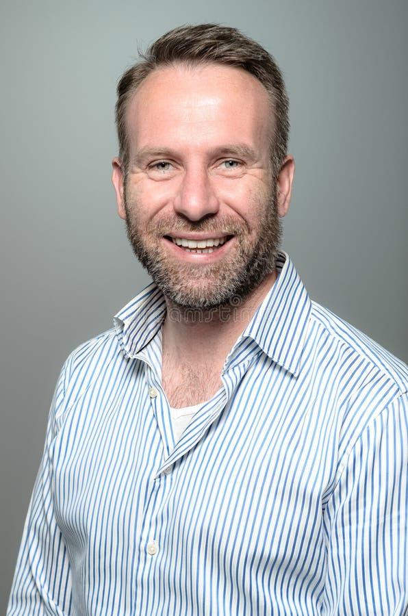 Portret van een glimlachende gelukkige knappe mens royalty-vrije stock fotografie