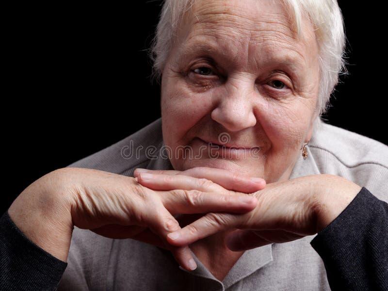 Portret van een glimlachende hogere vrouw stock afbeeldingen