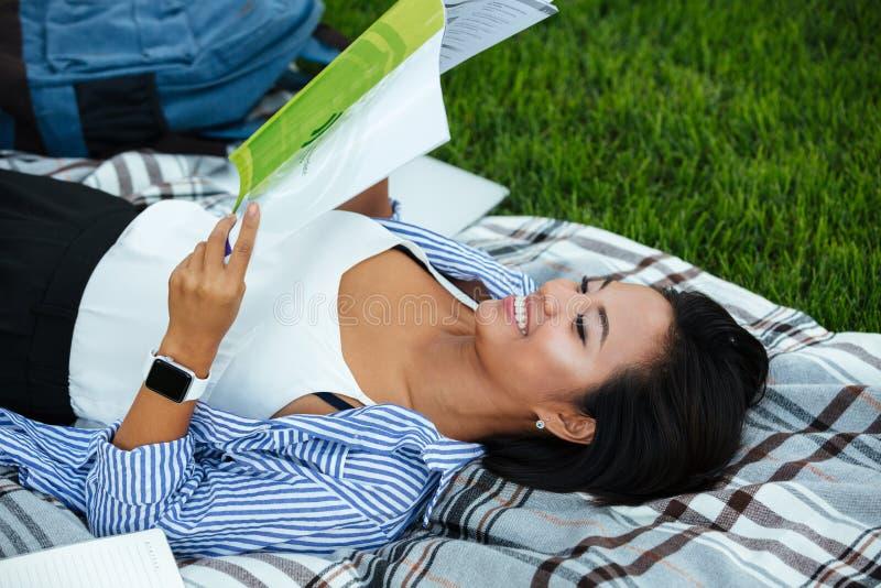 Portret van een glimlachende jonge Aziatische vrouwelijke student stock fotografie
