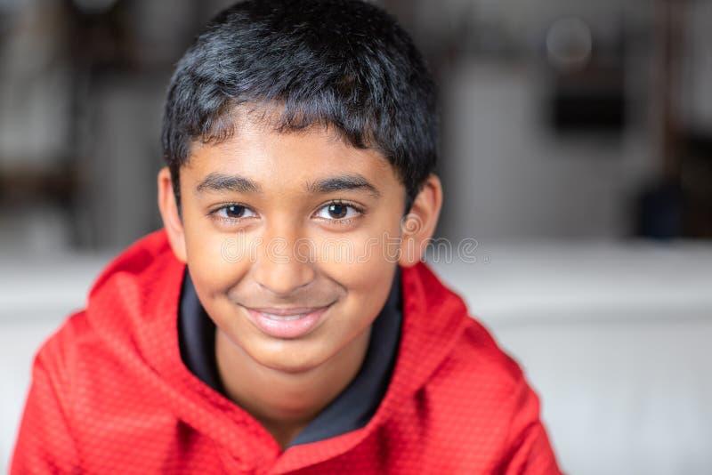 Portret van een glimlachende jonge jongen stock foto's