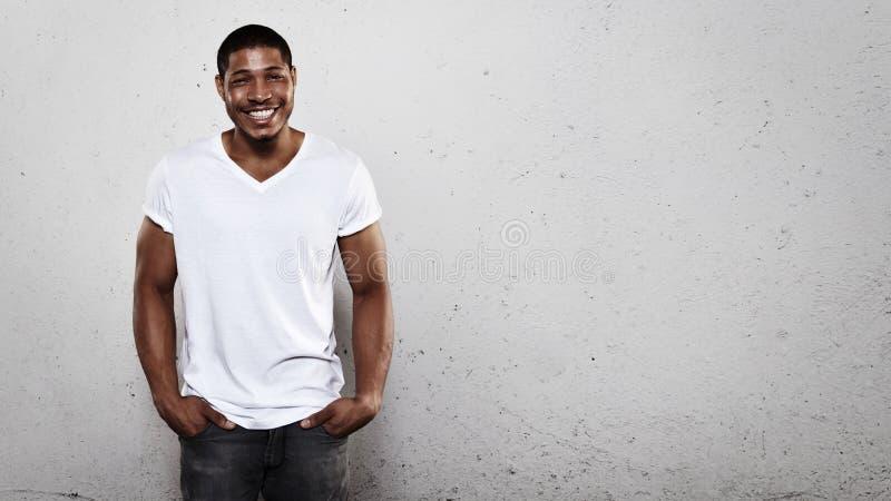 Portret van een glimlachende jonge mens royalty-vrije stock afbeeldingen