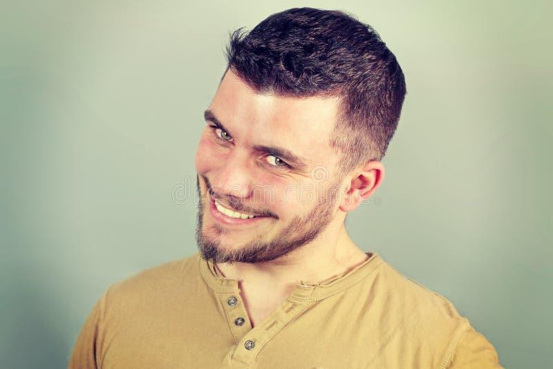 Portret van een glimlachende jonge mens zenuwachtig stock afbeeldingen