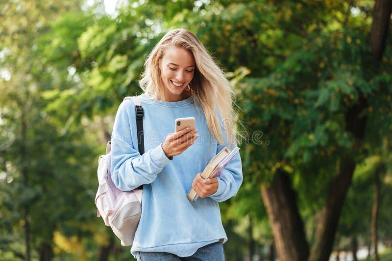 Portret van een glimlachende jonge studente met rugzak stock foto