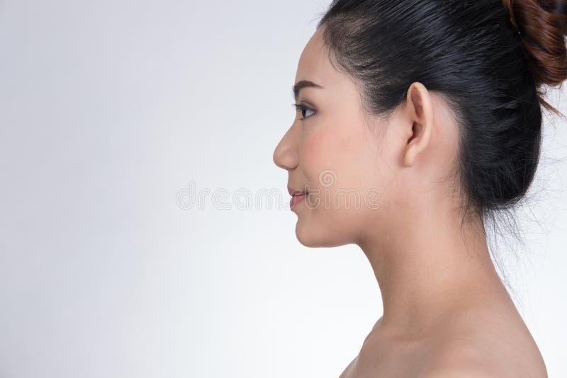 Portret van een glimlachende jonge vrouw met natuurlijke samenstelling Beautifu stock fotografie
