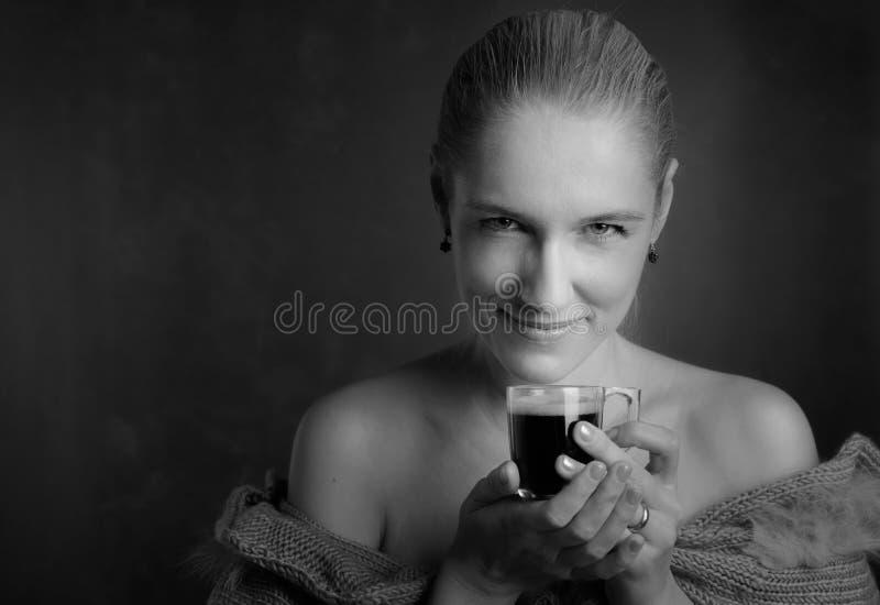 Portret van een glimlachende mooie vrouw met kop van koffie royalty-vrije stock fotografie