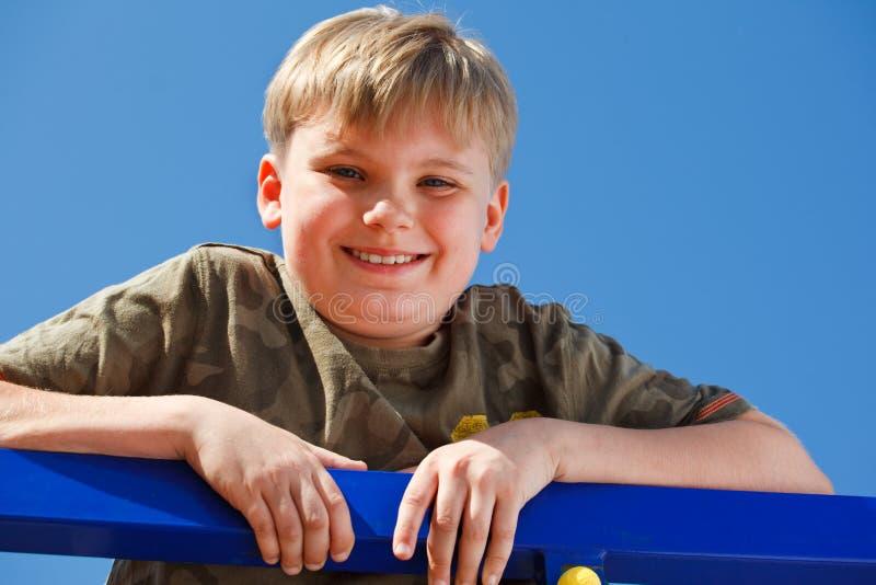 Portret van een glimlachende school verouderde jongen royalty-vrije stock foto's