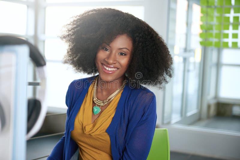 Portret van een glimlachende vrouw met een afro bij royalty-vrije stock fotografie