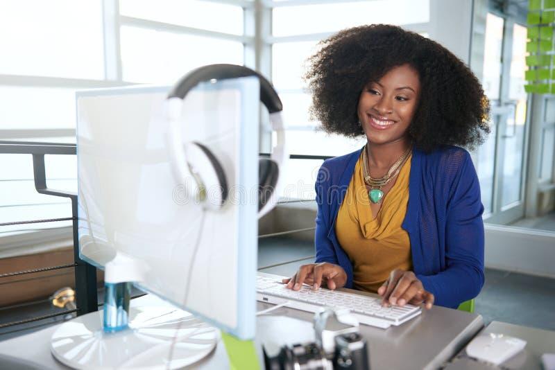 Portret van een glimlachende vrouw met een afro bij stock foto