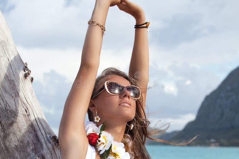 Portret van een glimlachende vrouw op strand, meisje op vaca van de de zomerreis royalty-vrije stock afbeelding