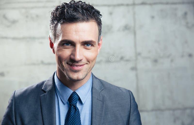 Download Portret Van Een Glimlachende Zakenman Stock Foto - Afbeelding bestaande uit baan, werknemer: 54082432
