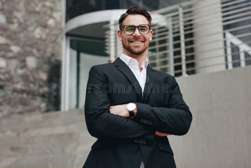 Portret van een glimlachende zakenman die zich in openlucht bevinden stock foto's