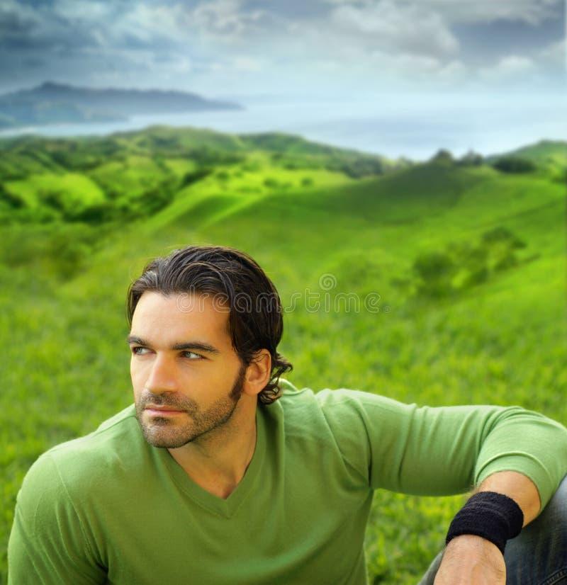 Portret van een goed-lookiing mens in het natuurlijke plaatsen royalty-vrije stock afbeeldingen