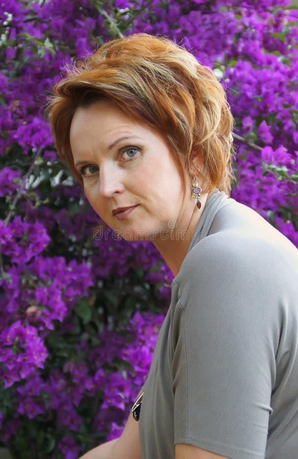 Portret van een goed-verzorgde vrouw vijfenveertig stock foto