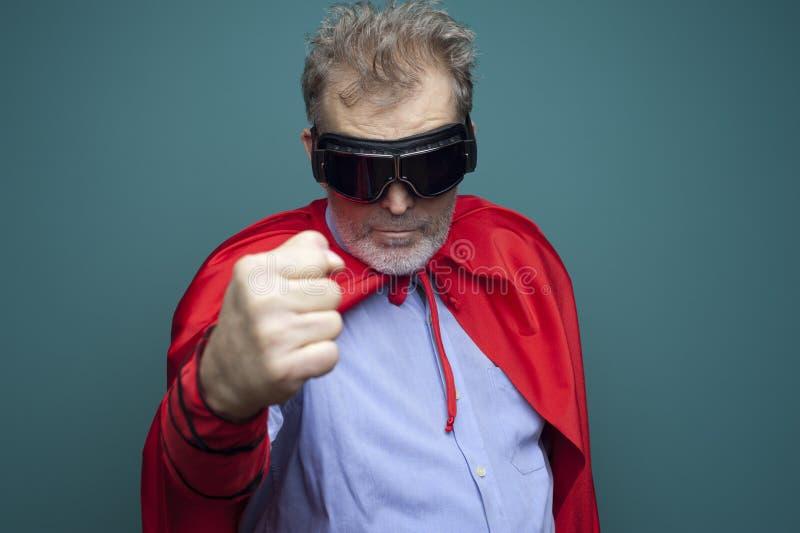 Portret van een grappig bejaarde een superhero stock afbeelding
