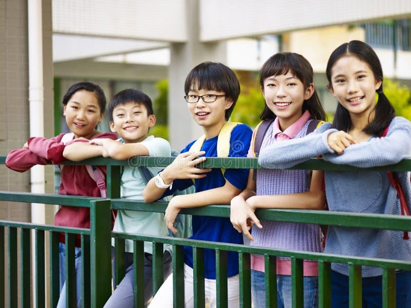 Portret van een groep Aziatische basisschoolkinderen royalty-vrije stock foto's