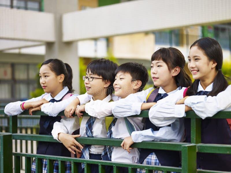 Portret van een groep Aziatische basisschoolkinderen stock foto's
