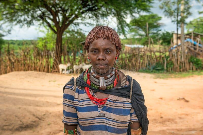 Portret van een hamar vrouw in Zuid-Ethiopië stock afbeelding