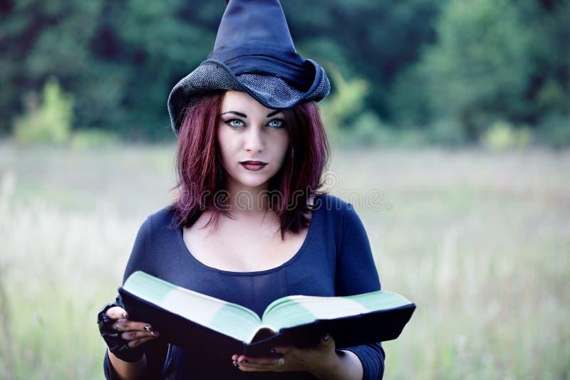Portret van een heks met een boek, close-up royalty-vrije stock fotografie