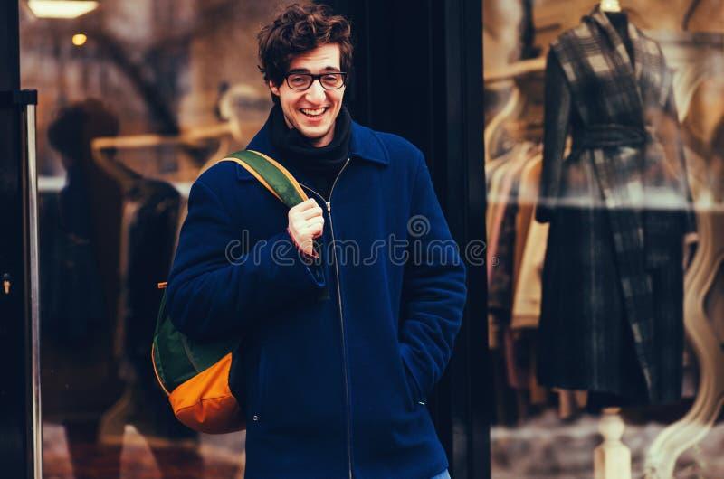 Portret van een het glimlachen knappe zak van de mensenholding stock fotografie