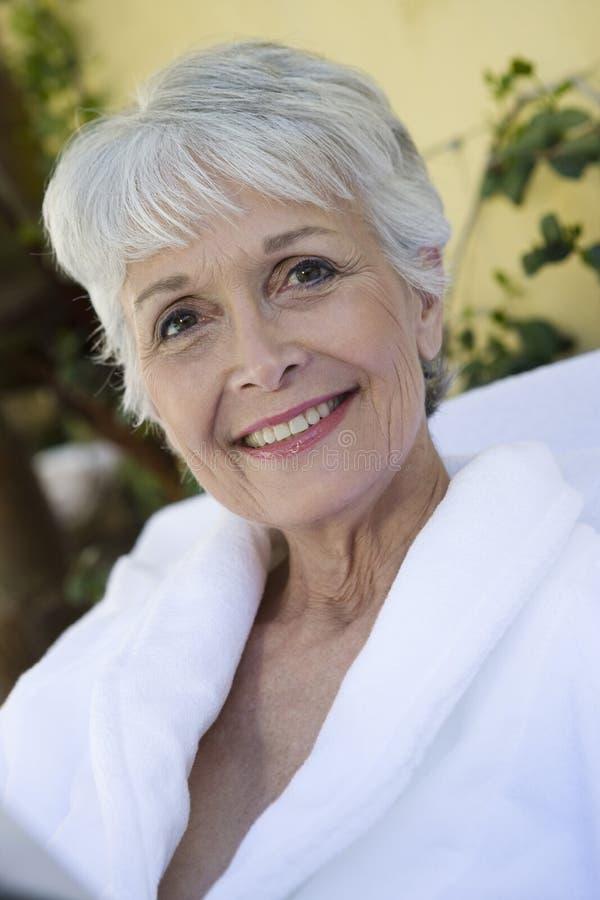Portret van een Hogere Vrouw in Badjas royalty-vrije stock fotografie