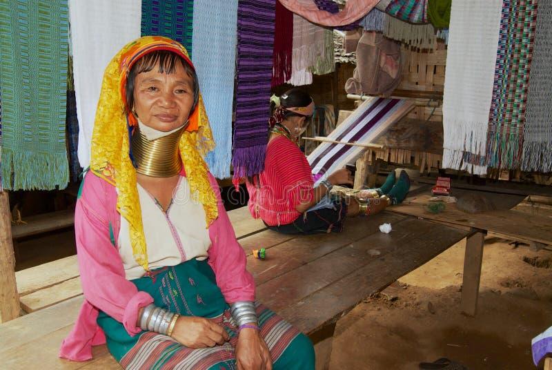 Portret van een hogere vrouw van de stam van de de Halsheuvel van Lahwi Padaung Lange in Kayan-dorp in Mae Hong Son, Thailand stock afbeelding