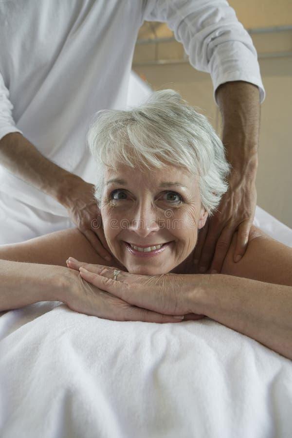 Portret van een Hogere Vrouw die Halsmassage ontvangen stock foto