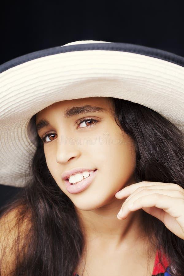 Portret van een jong Afrikaans Amerikaans meisje die lachen met stock foto