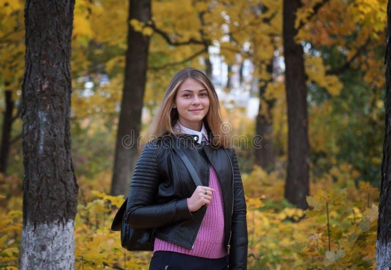 Portret van een jong Europees meisje in het de herfstpark stock fotografie