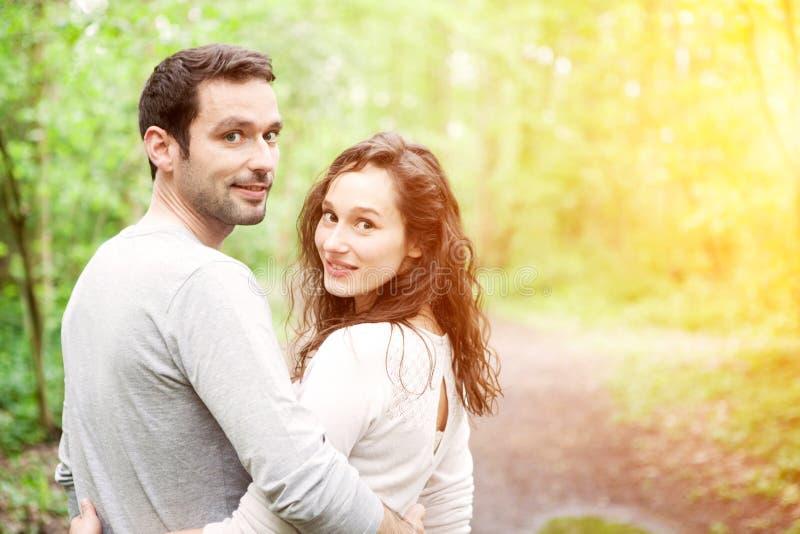 Portret van een jong gelukkig paar in de aard stock fotografie