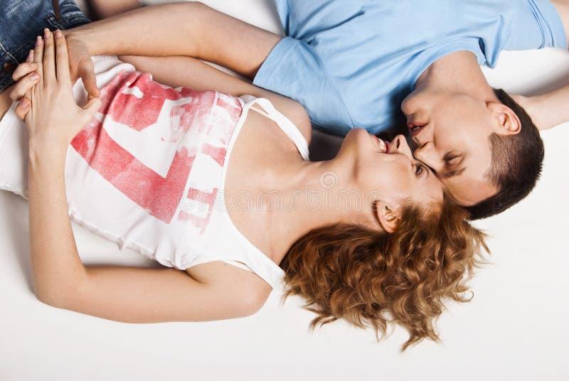 Portret van een jong gelukkig paar die op vloer liggen royalty-vrije stock foto's