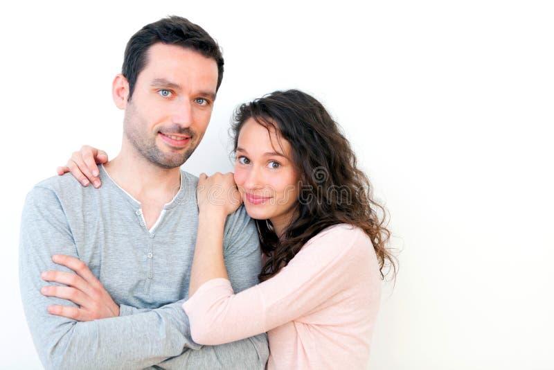 Portret van een jong gelukkig paar op een witte achtergrond stock foto's