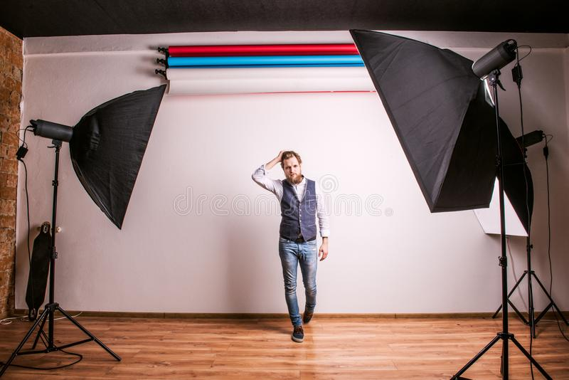 Portret van een jong hipstermens of een model in een studio De ruimte van het exemplaar stock afbeeldingen