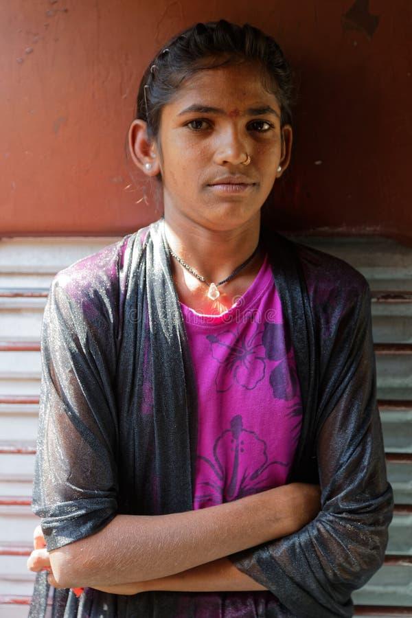 Portret van een jong meisje bij de deur van trein stock afbeeldingen