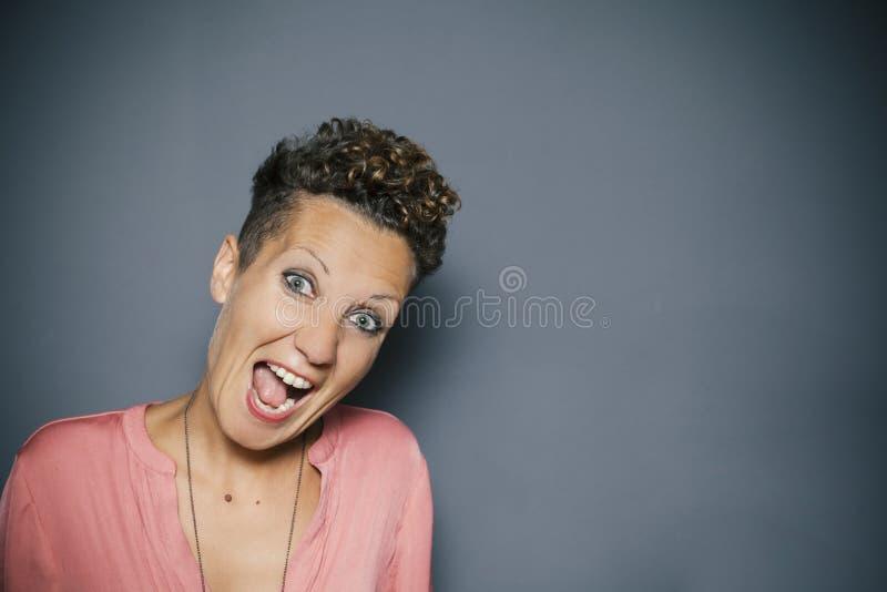 Portret van een jong meisje dat lacht royalty-vrije stock foto's